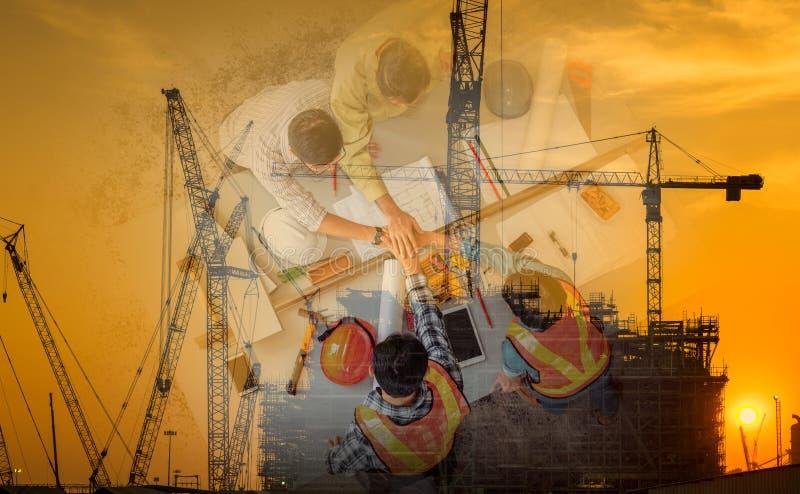 两次曝光企业建筑业和工程学概念,买卖人一起是握手在成交项目以后 免版税图库摄影