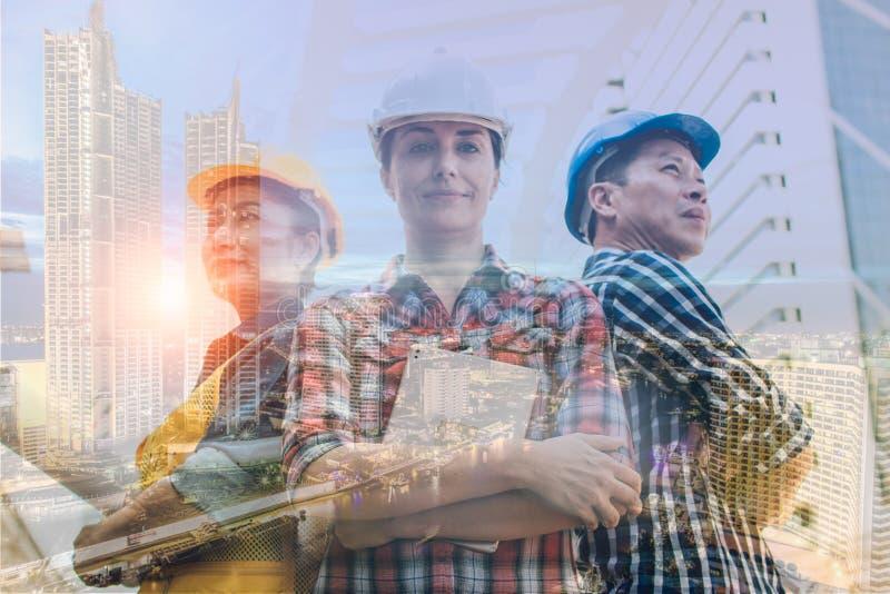 两次曝光工程学和建筑概念 工业工程师穿戴安全帽 库存图片
