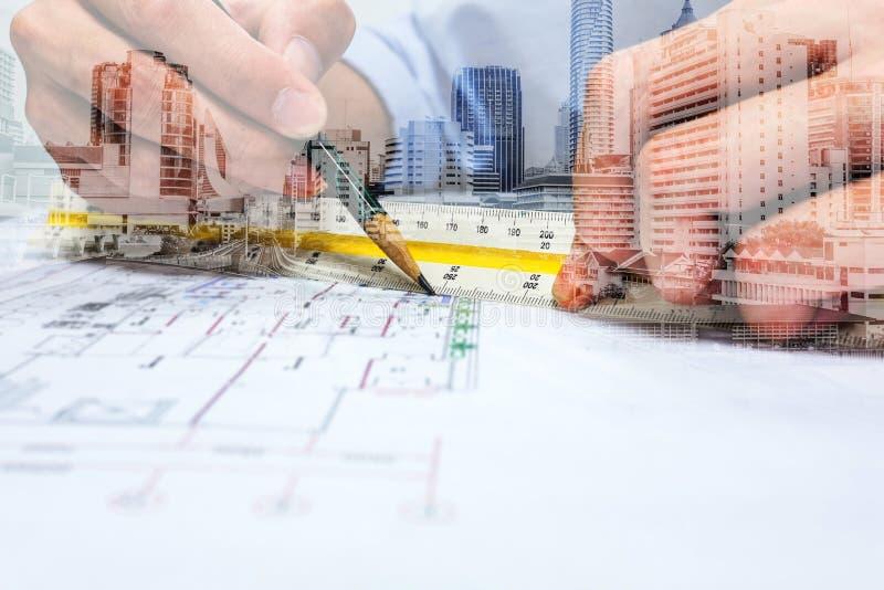 两次曝光工程师图画和城市 免版税库存照片