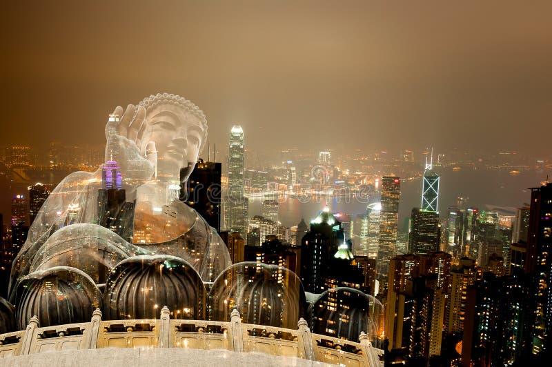 两次曝光巨人菩萨坐莲花在香港,夜 免版税库存照片
