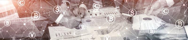 两次曝光Bitcoin和blockchain概念 数字式经济和货币贸易 网站倒栽跳水横幅 库存图片