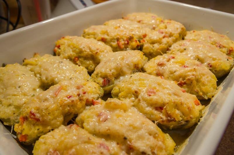 两次被烘烤的土豆用熔化乳酪 库存图片