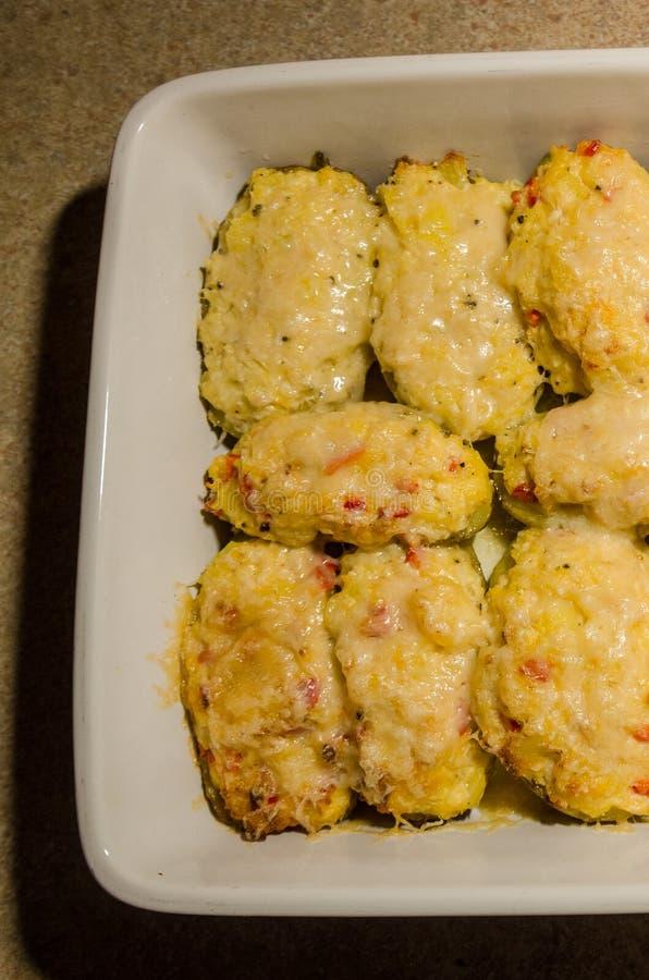两次被烘烤的土豆用熔化乳酪 免版税库存照片