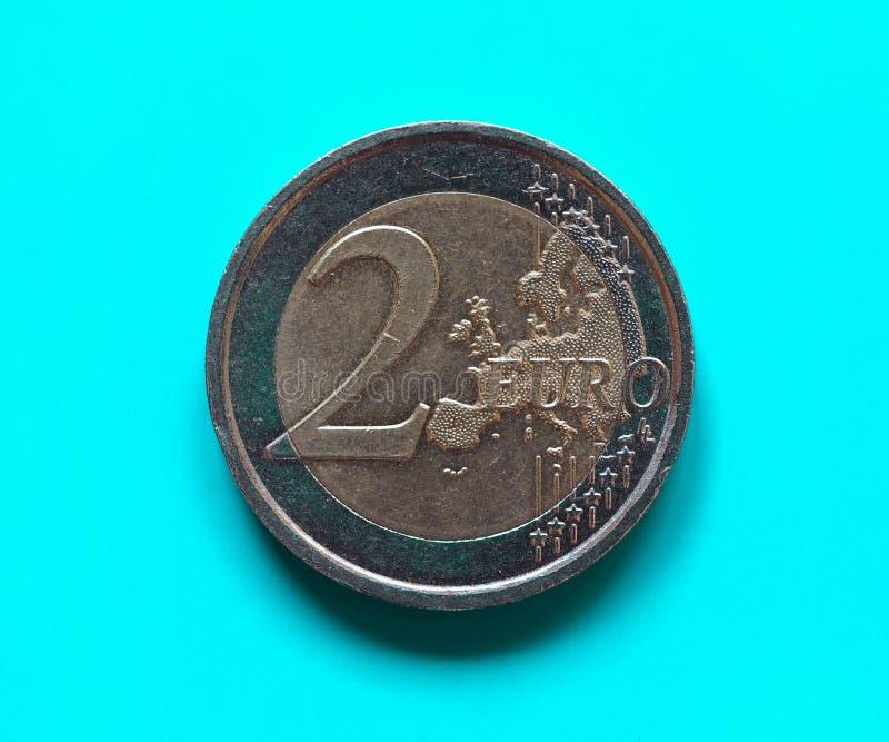 两欧元硬币,在青绿的欧盟 库存图片