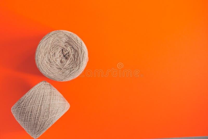 两毛纱灰色丝球与拷贝空间的语篇框架图的 库存照片