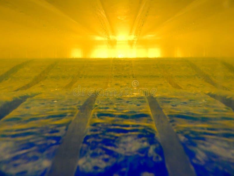 两流体的抽象图象用互动互相的不同的密度的 包含金子,蓝色,有透视, 免版税库存图片