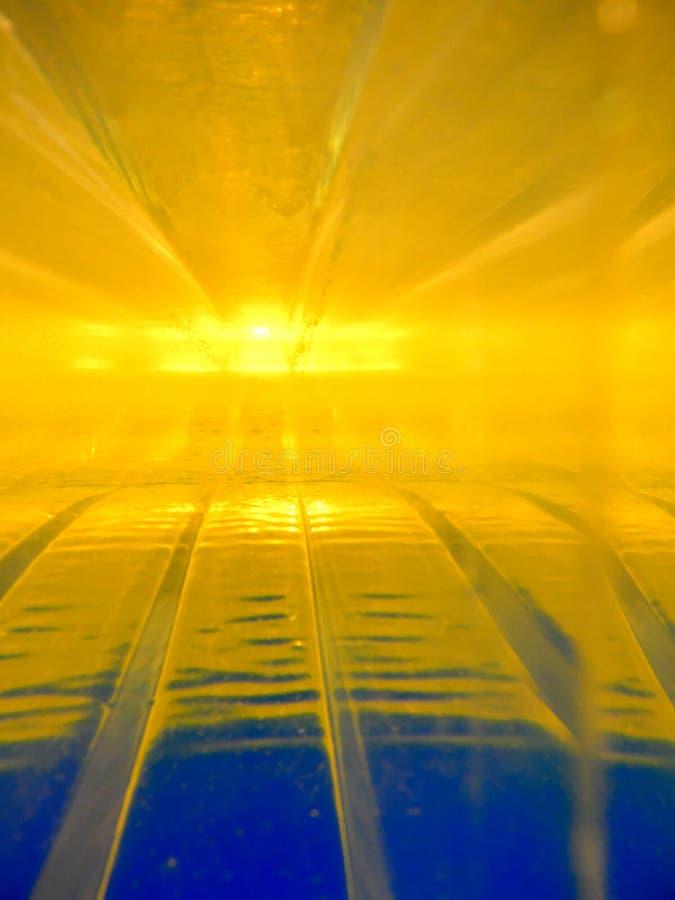两流体的抽象图象用互动互相的不同的密度的 包含金子,蓝色,有透视, 免版税库存照片