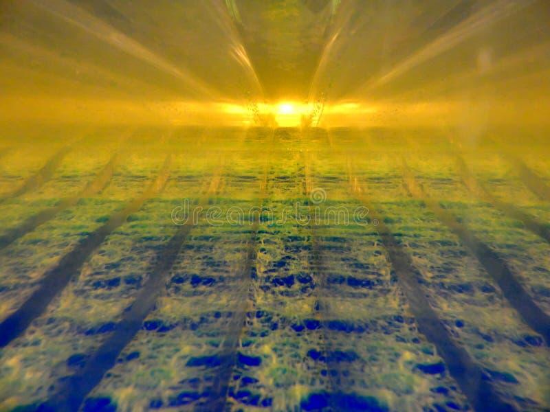 两流体的抽象图象用互动互相的不同的密度的 包含金子,蓝色,绿色,有 图库摄影