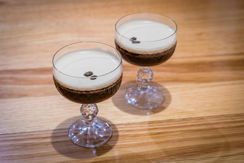 两浓咖啡马蒂尼鸡尾酒鸡尾酒喝用在上面的咖啡豆 免版税图库摄影