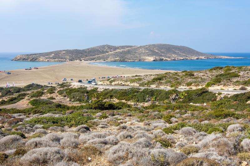 两海` `亲吻地中海和爱琴海在Prasonisi,罗得岛海岛,希腊 库存图片