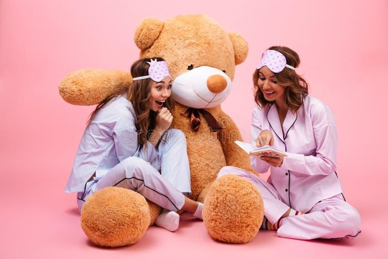 两激发在睡衣打扮的女孩 免版税库存图片