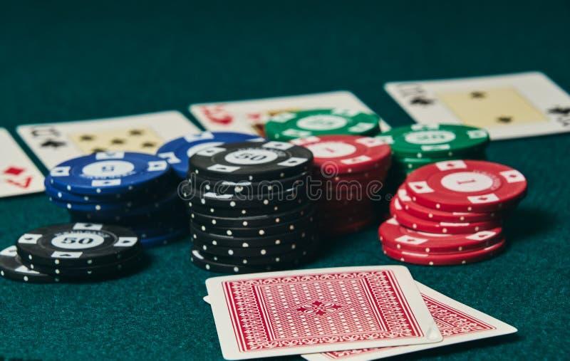 两特写镜头在绿色席子卡片正面下来在图象右边离开编辑,其他卡片和纸牌筹码的室 库存图片
