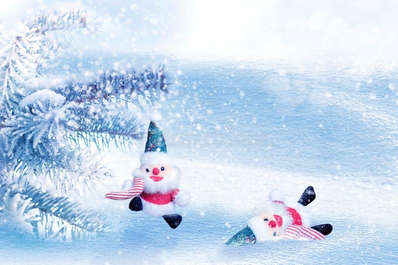 两玩具圣诞老人项目在冬天多雪的神仙的森林冬天妙境 E r 免版税库存图片