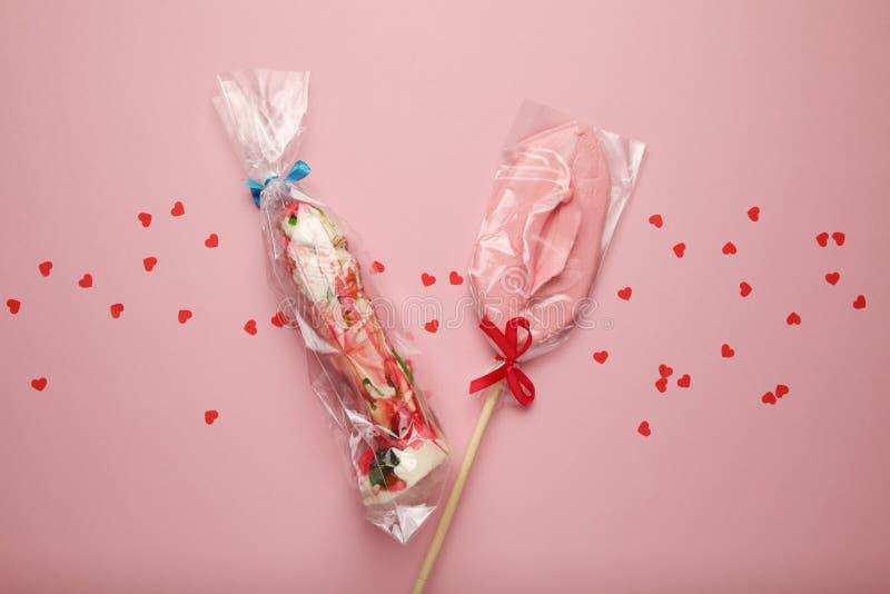 两甜糖果以阴茎和阴道的形式 作为夫妇、爱抚和乐趣的性关系 库存图片