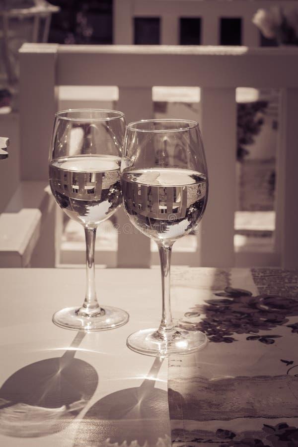 两白葡萄酒glasse在桌上的 库存照片