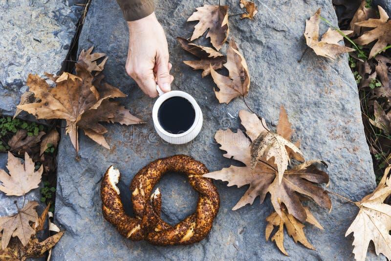 两百吉卷、茶和heand在自然 免版税库存图片