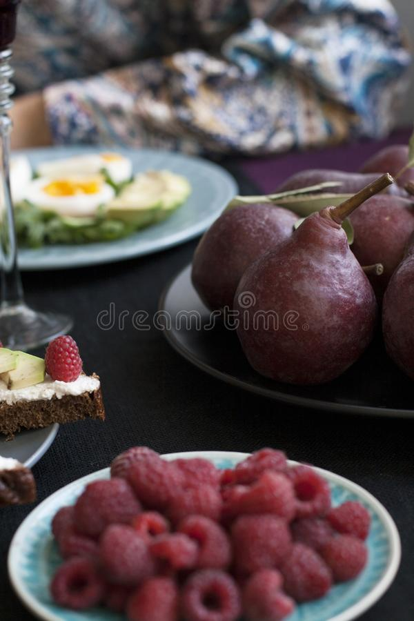两的一顿轻的夏天晚餐:与芝麻菜和avoc的熟蛋 库存照片
