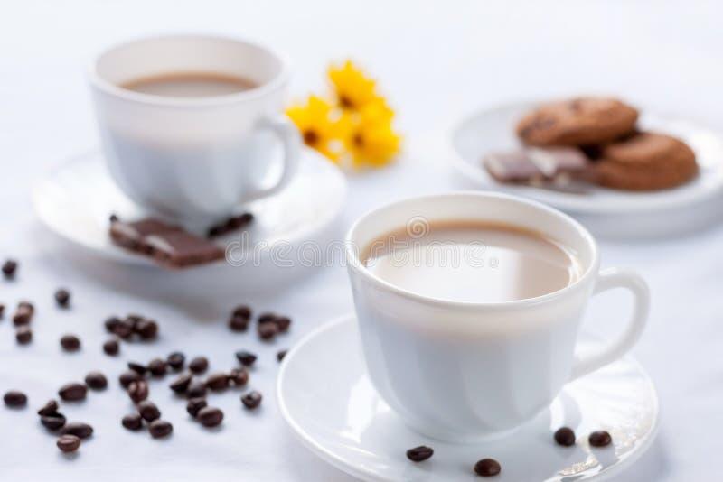 两的早餐用咖啡、麦甜饼和牛奶巧克力 免版税库存照片