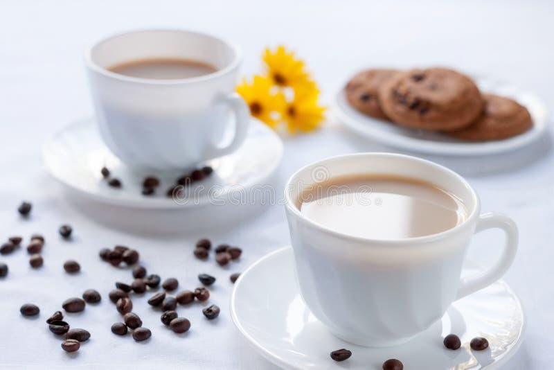 两的早餐用咖啡和麦甜饼 免版税库存图片