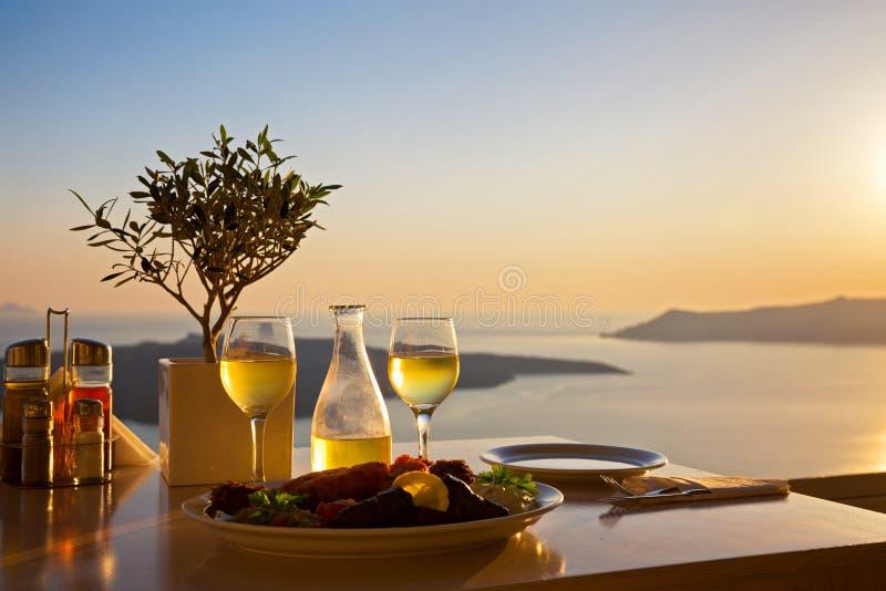两的浪漫桌在海岛Santorin上 库存图片