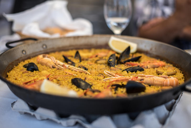 两的肉菜饭食谱在传统平底锅,从地中海的食谱 免版税库存图片