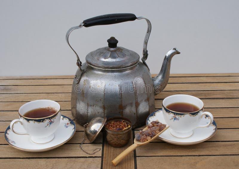 两的茶在与英国茶杯的一个老铝水水壶准备了作为特写镜头 图库摄影
