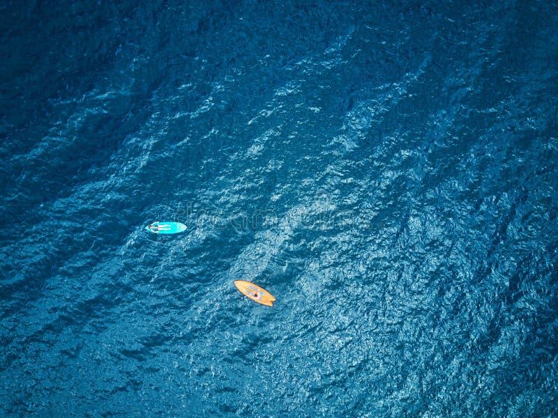 两皮船在蓝色盐水湖水中 免版税图库摄影