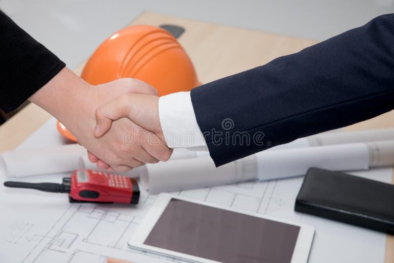 两确信的握手的商人和女实业家 免版税库存图片