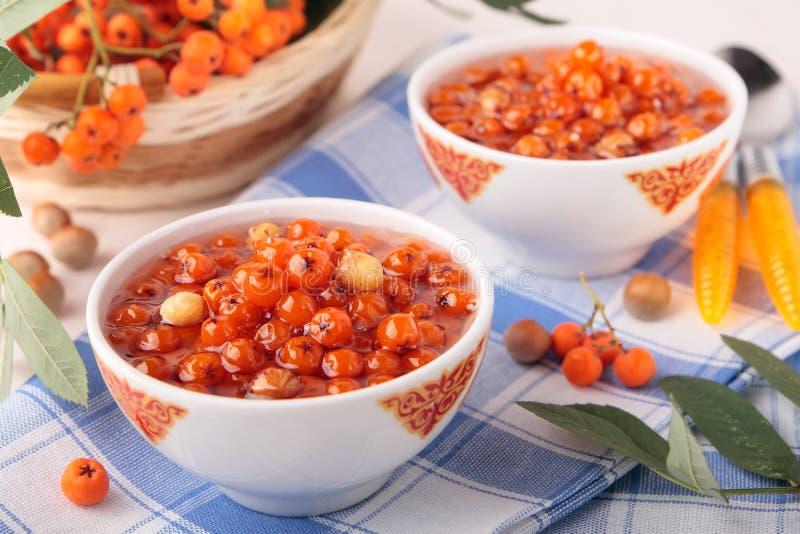 两碗果酱用花揪和坚果 库存图片