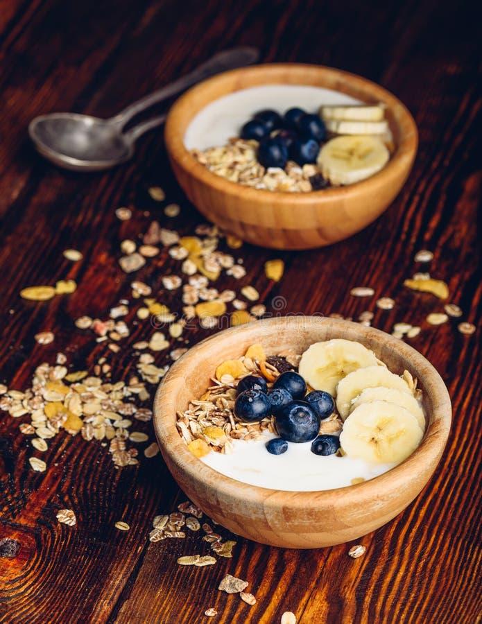 两碗Muesli用香蕉和蓝莓 库存照片