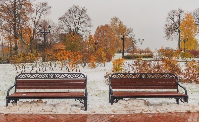 两积雪的钢benchs 免版税库存照片