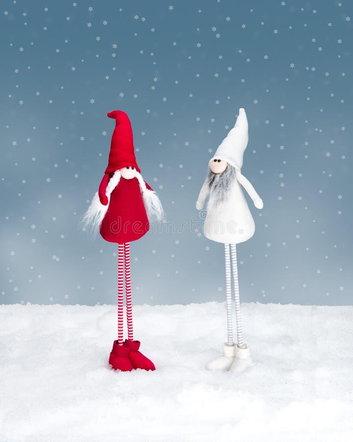 两站立在雪的圣诞节矮子 免版税库存照片