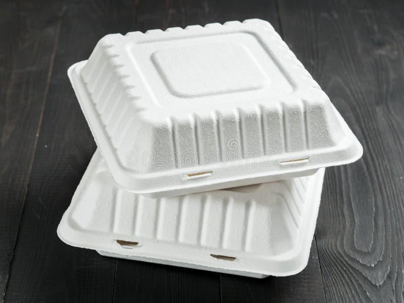 两纸板在木背景的午餐盒 库存图片