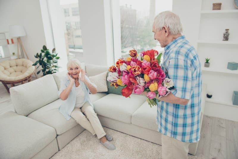 两给老婆婆新鲜的花卉郁金香的好可爱的可爱的快乐的爽快正面高兴的人爷爷问候 图库摄影