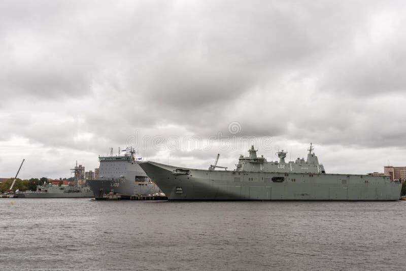 两艘澳大利亚军舰在悉尼港口 库存图片