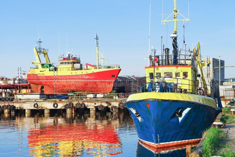 两艘船在小游艇船坞在文茨皮尔斯在拉脱维亚 库存照片