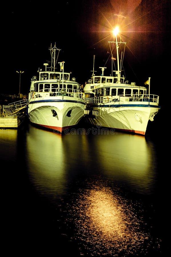 两艘船在晚上 免版税库存照片