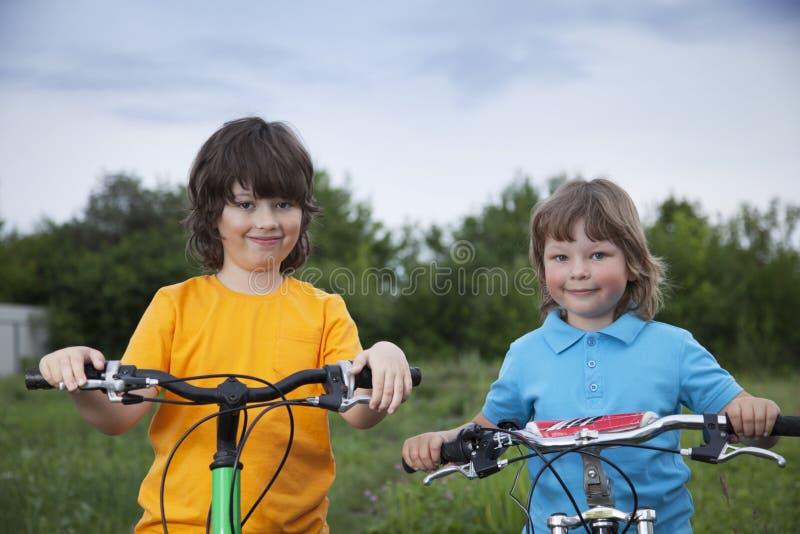 两辆兄弟乘驾自行车 库存照片