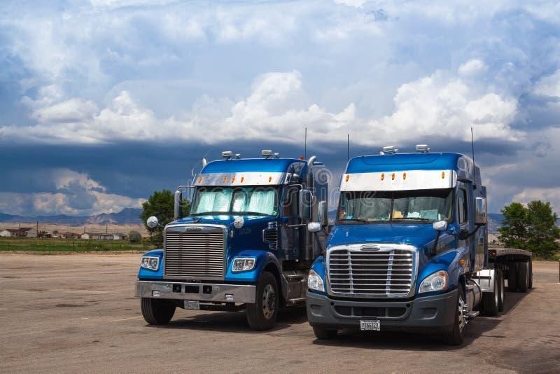 两辆典型的美国蓝色Freightliner卡车 库存照片