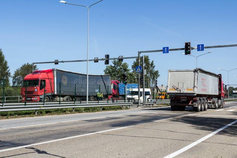两辆卡车碰撞在拉脱维亚, A8路的,发生了 免版税图库摄影