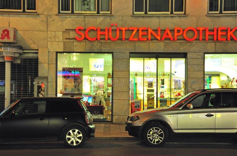 两辆汽车在街道, Munchen,德国上停放了 库存照片