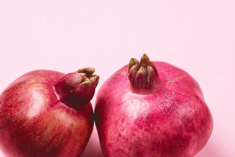两道美味的新熟石榴粉色背景水平特写 库存照片