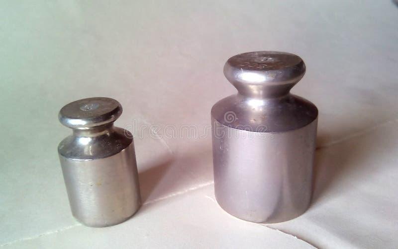 两金属重量特写镜头标度的 在轻的背景的轻的银色金属 免版税库存照片