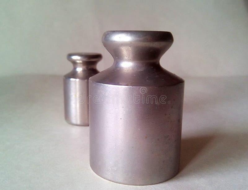 两金属重量特写镜头标度的 在轻的背景的轻的银色金属 库存照片