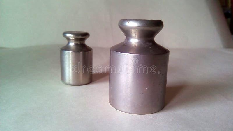 两金属重量特写镜头标度的 在轻的背景的轻的银色金属 免版税库存图片