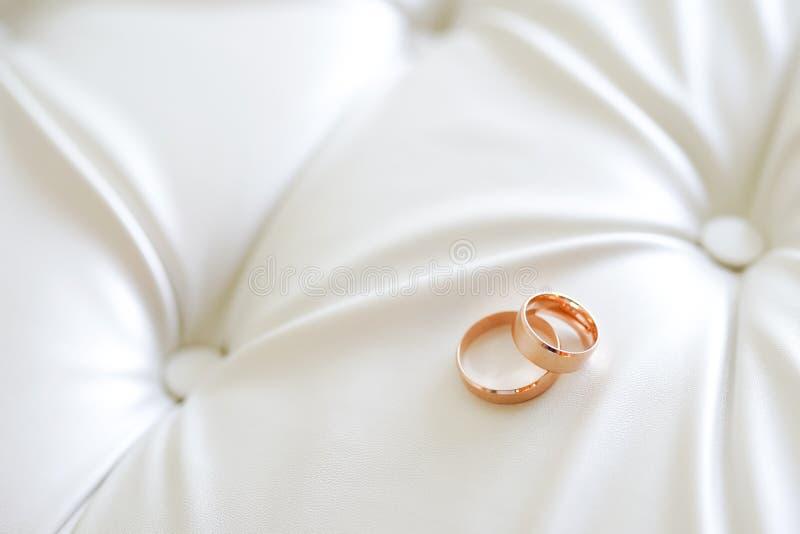 两金结婚戒指全景横幅象征性爱和浪漫史在织地不很细皮革背景与拷贝空间您的 库存图片