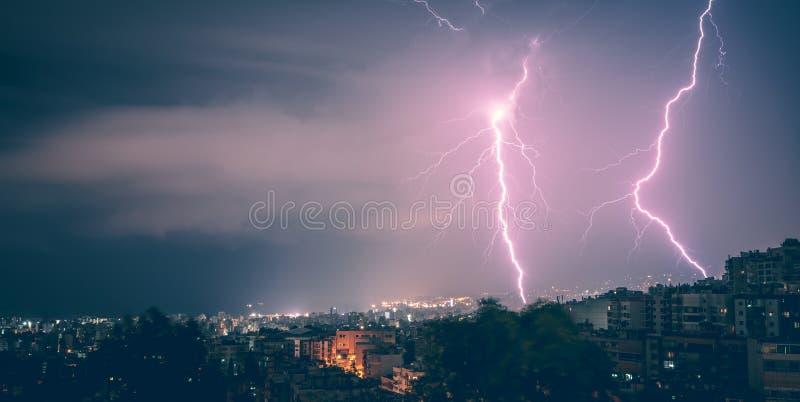 两闪电在城市在晚上 免版税图库摄影