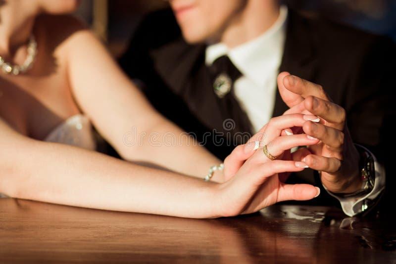 两青年人,在婚礼前,在爱 免版税库存图片