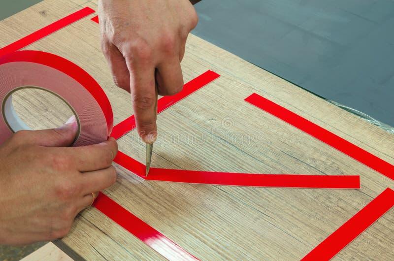 两面的磁带,大师零件为进一步黏附镜子做准备 免版税图库摄影