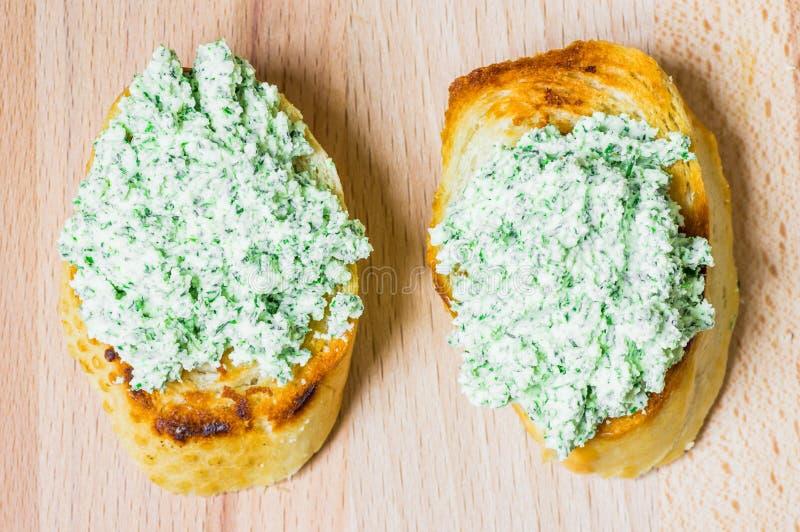 两顿与乳清干酪和草本的鲜美快餐多士 图库摄影